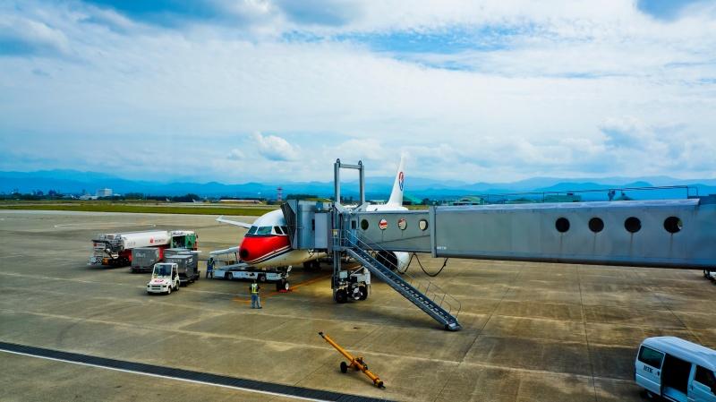 plane-at-airport-gate-unsplash